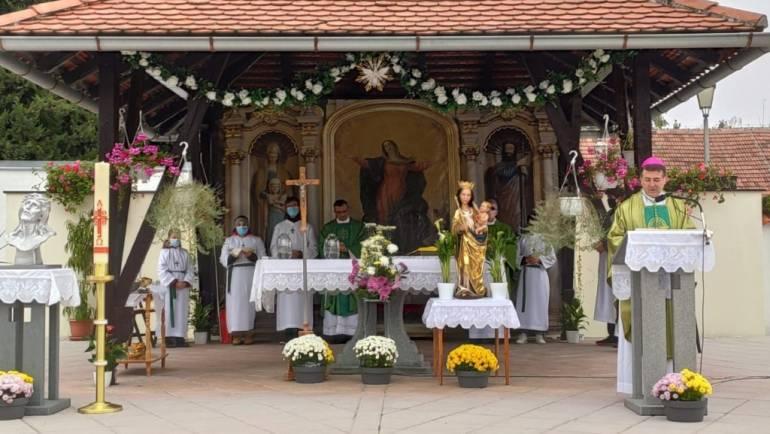 Biskup Šaško krstio 5. i 6. dijete obitelji Karapetrić!